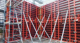 型枠 押し引き材設置