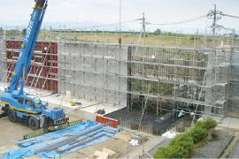 〈 L型擁壁施工中写真 〉